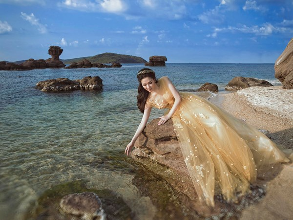 Hoa hậu Nguyễn Thị Huyền hóa 'nàng tiên cá' gợi cảm
