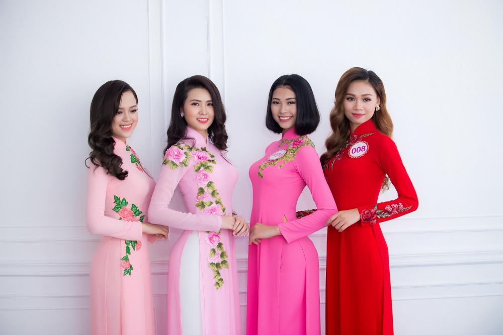 Vũ Thị Vân Anh (Thứ 2 từ trái sang)
