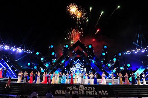 Sân khấu hoành tráng của đêm Chung khảo phía Bắc HHVN 2016 với màn pháo hoa rực rỡ kết chương trình.