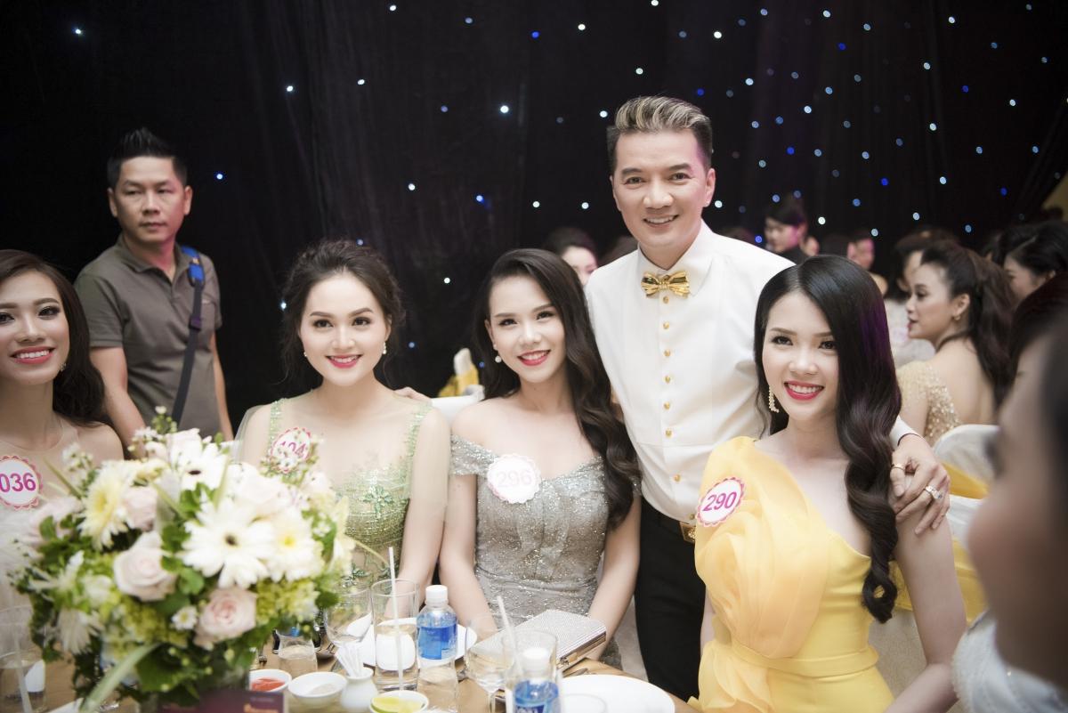 Ca si Dam Vinh Hung va thi sinh 4