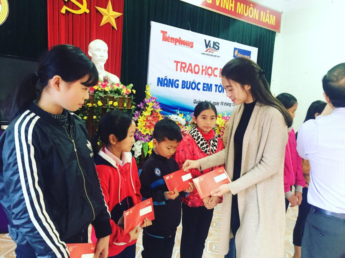 Hoa hậu Mỹ Linh về miền Trung trao học bổng