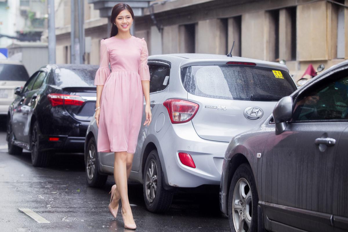 Á hậu Thanh Tú khoe street style đẹp rực rỡ trên phố