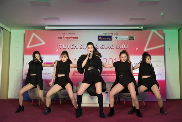 """Đông Nhi và Uni5 đều """"ngầu"""" khi trở lại tour quảng bá Hoa Hậu Việt Nam 2018"""