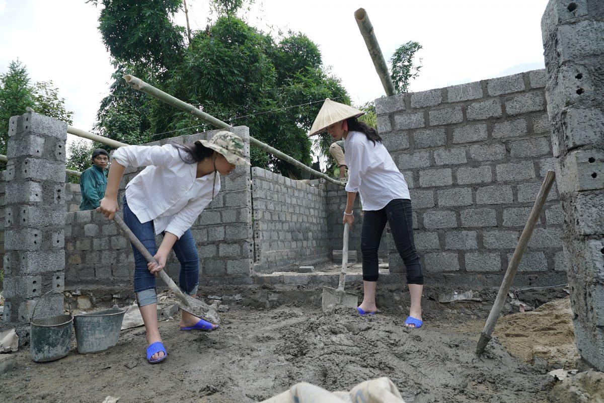Thí sinh Hoa hậu Việt Nam phải tự tay xúc đất, chuyền gạch, trộn xi măng trong dự án nhân ái