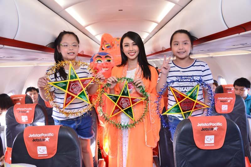 Người đẹp Nhân ái HHVN 2018 hóa chị Hằng trên máy bay Jetstar