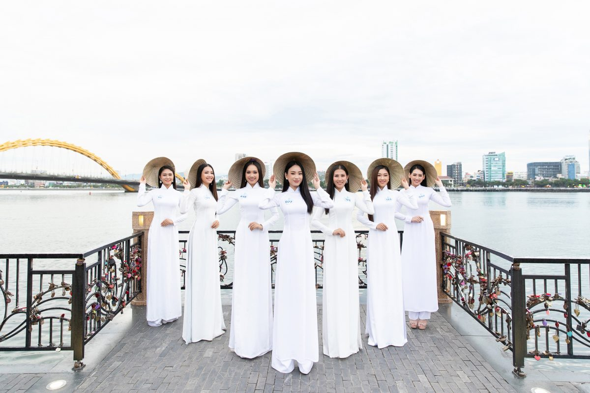 Trong tà áo dài, dàn thí sinh Miss World Vietnam khoe khéo body chuẩn từng centimet.