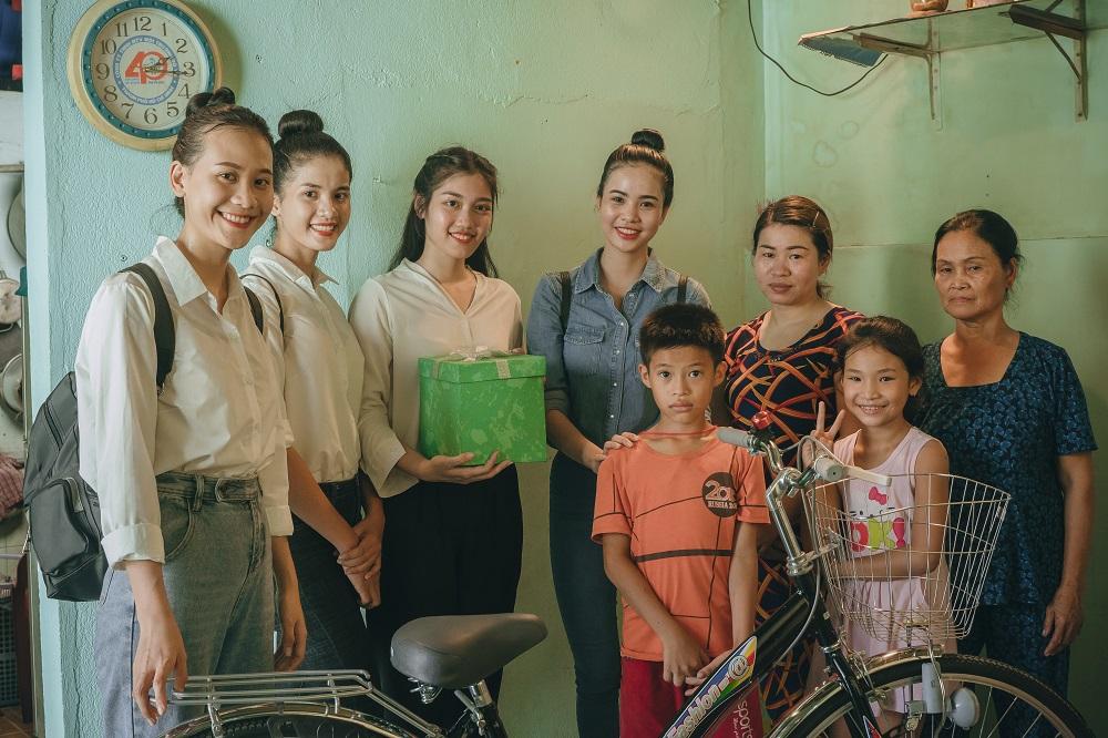Thí sinh Miss World Vietnam chui cống, mặt lấm lem, làm công nhân vệ sinh