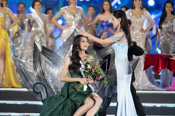 Vén màn quy trình chế tác kỳ công của ghế đăng quang và quyền trượng Miss World Vietnam 2019