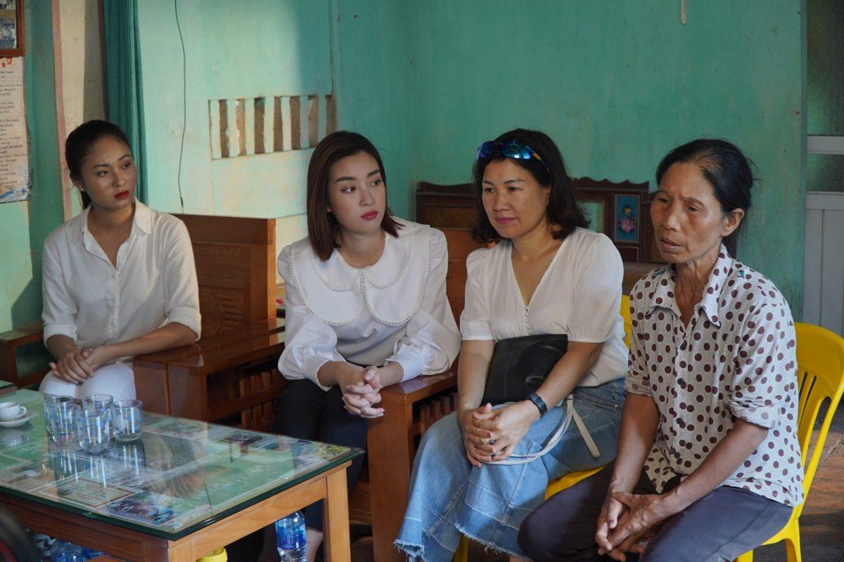 Đỗ Mỹ Linh thể hiện lòng nhân ái, cùng dàn thí sinh Miss World Việt Nam làm từ thiện