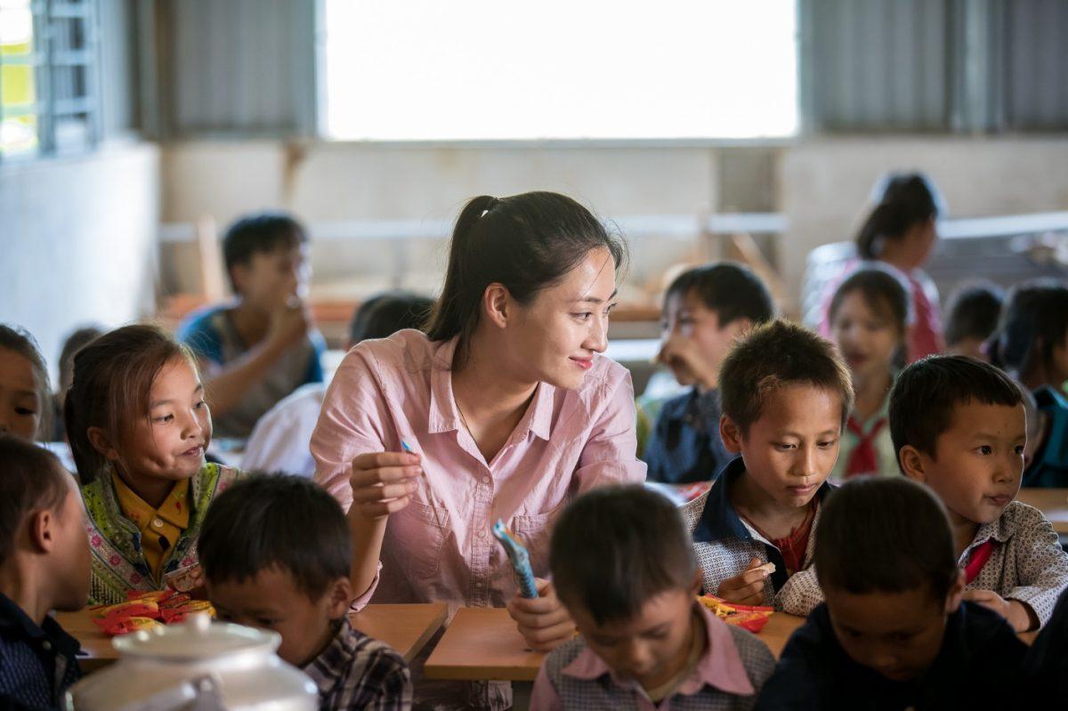 """Hoa hậu Lương Thùy Linh """"mua vé"""" về tuổi thơ cùng trẻ em Lũng Lìu, Lũng Lạ"""