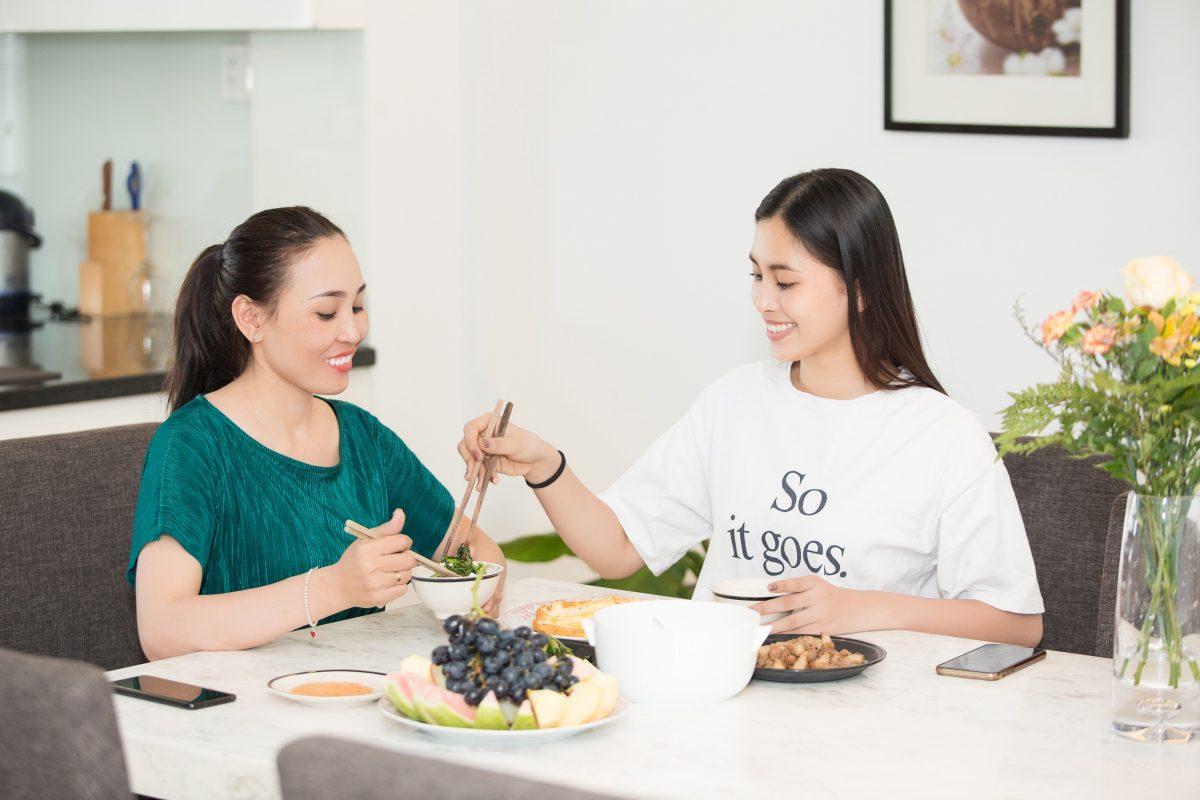 Cùng Hoa hậu Tiểu Vy chọn quà tặng mẹ nhân dịp 20.10